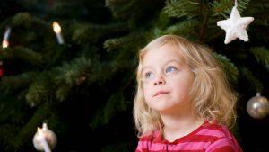Kind vor dem Weihnachtsbaum